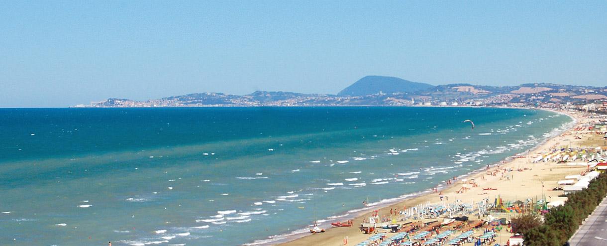 Una vista panoramica sulla spiaggia di Senigallia